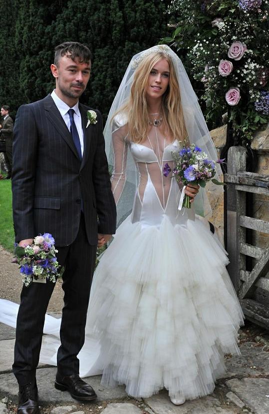 Lady Mary Charteris v modelu Pam Hogg ve svatební den s Robbiem Furzem.