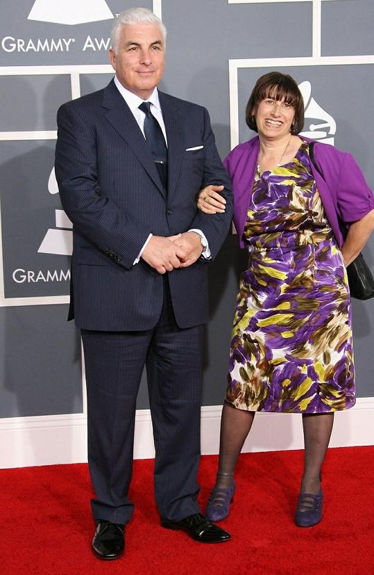 Rodiče Amy Winehouse převzali za jejich zesnulou dceru Grammy.