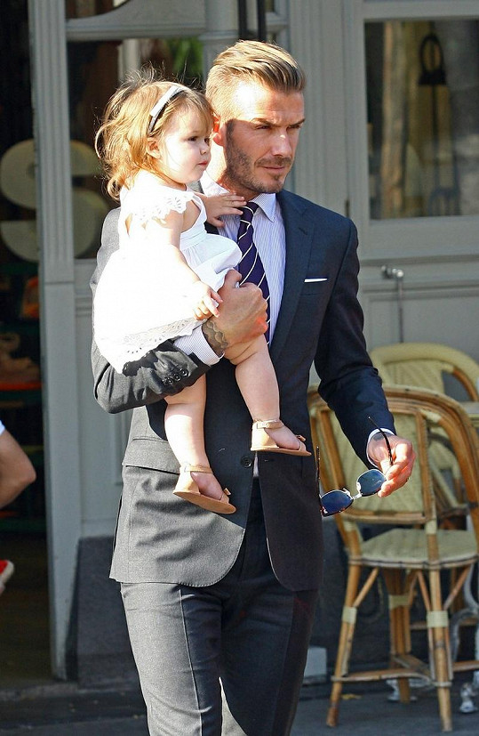 David si hrdě nesl svou rozkošnou dcerku Harper.