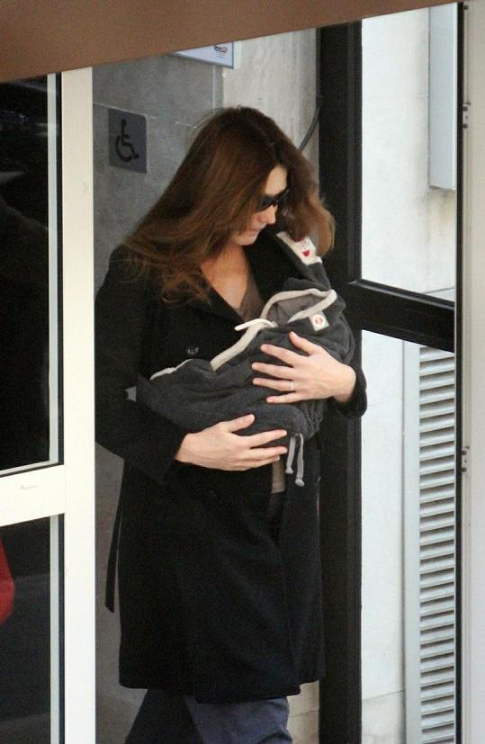 První dáma odnáší Giuliu z porodnice.