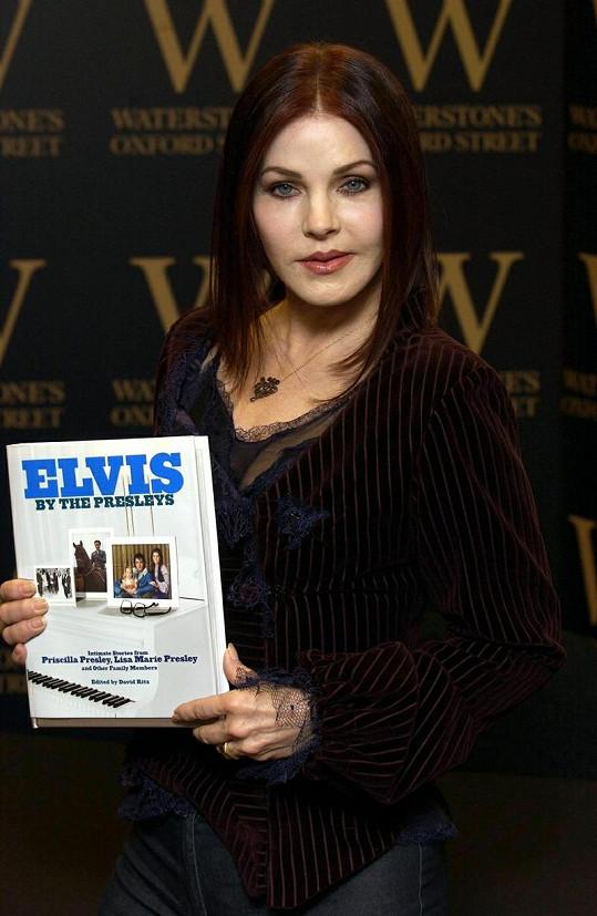 Priscilla s její knihou o životě s Elvisem Presleym.