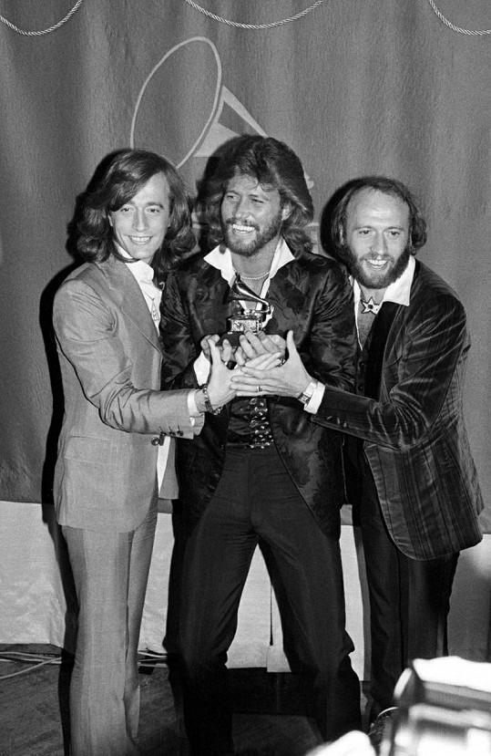 Bratři Robin, Barry a Maurice Gibbovi (zleva) byli členy skupiny Bee Gees.