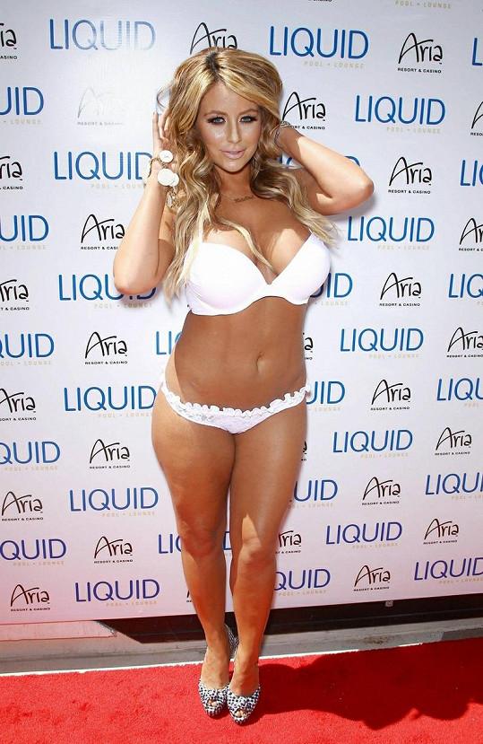 Pouze bílé bikiny a černobílé lodičky, tak si vyšla americká popová zpěvačka na akci v Las Vegas.