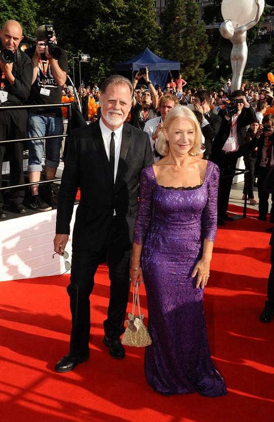 Mirren zvolila úchvatné fialové šaty. Doprovází ji manžel Taylor Hackford.