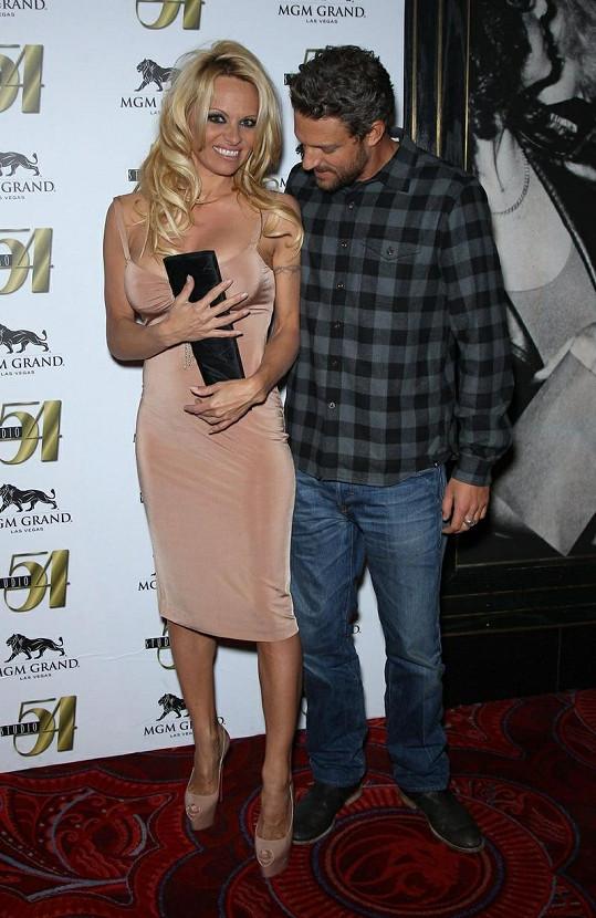 Pamela a její přítel Jon Rose.