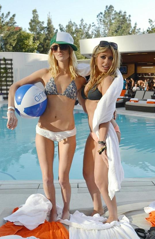 Sara (vpravo) s kamarádkou u bazénu.