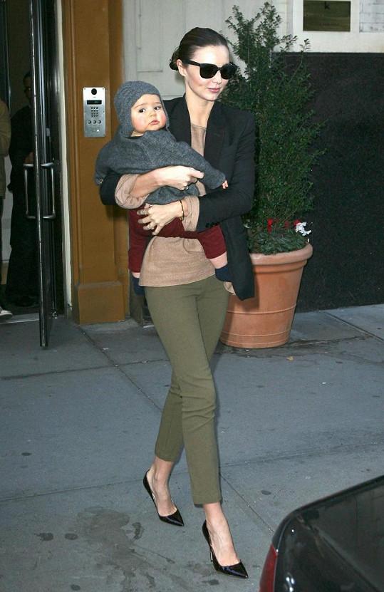 Usměvavá Miranda a její okatý synek v New Yorku.