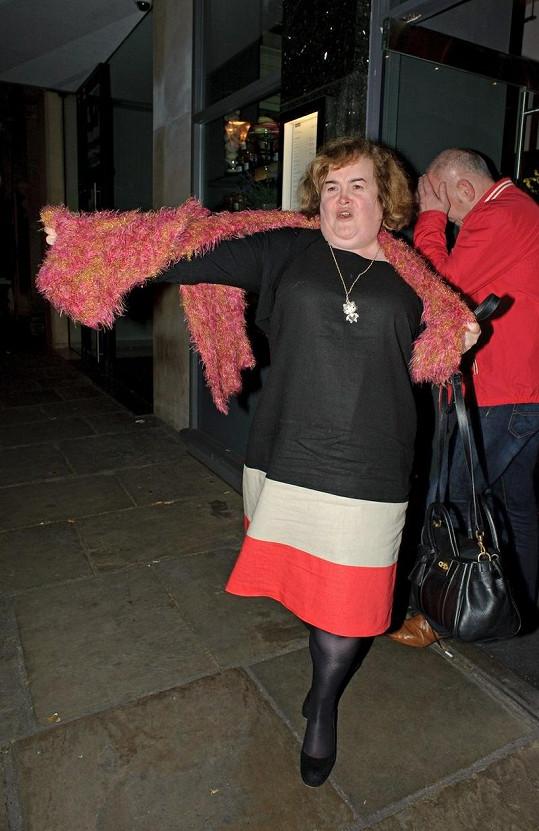 Rozjařená Susan Boyle při odchodu z londýnské restaurace.