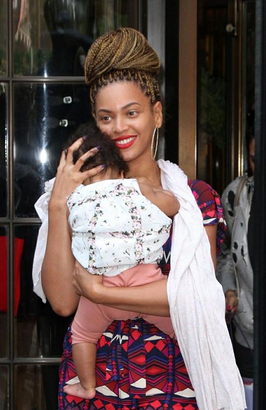 Beyoncé Knowles s novými rasta copánky a dcerou Blue Ivy v náručí.
