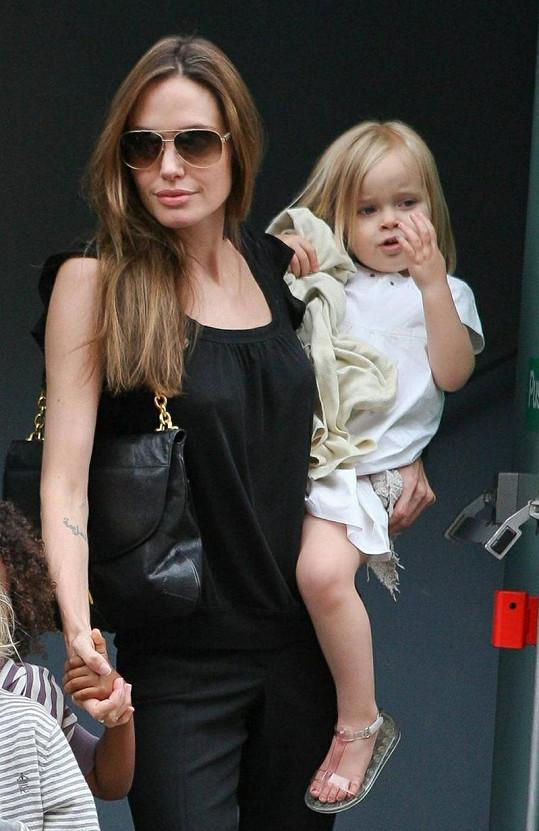 Angelina Jolie nese malou Vivienne, za ruku drží Zaharu.
