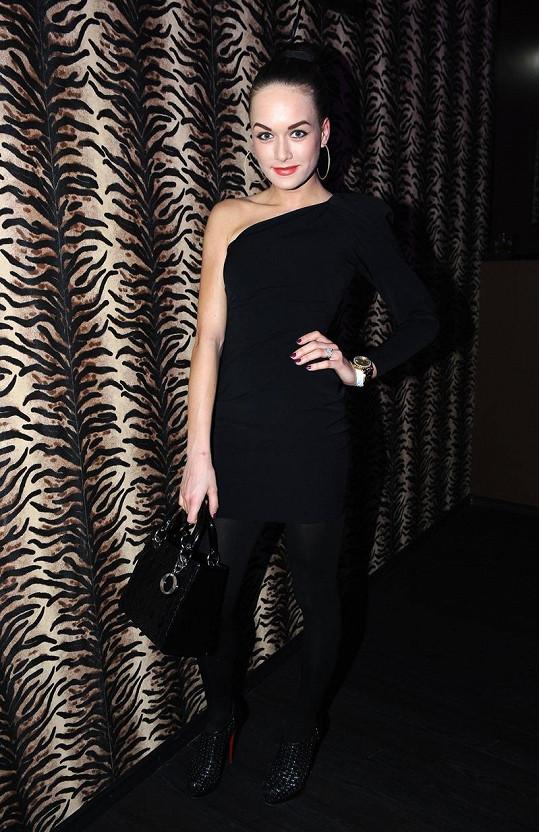 Dominika Kadlčková je brunetka.