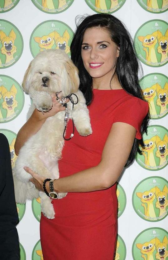 Pěvecké duo Pippa Langhorne s psíkem Buddym.