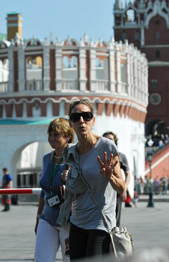 Sarah Jessica Parker před vstupem do Kremlu.
