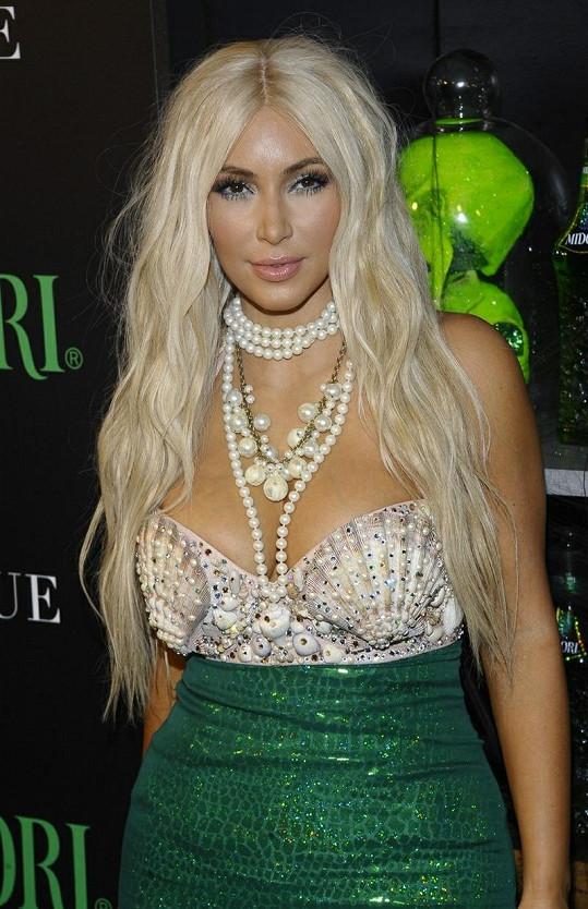 Hvězdě se zalíbila blond paruka a uvažuje o obarvení svých tmavých loken.