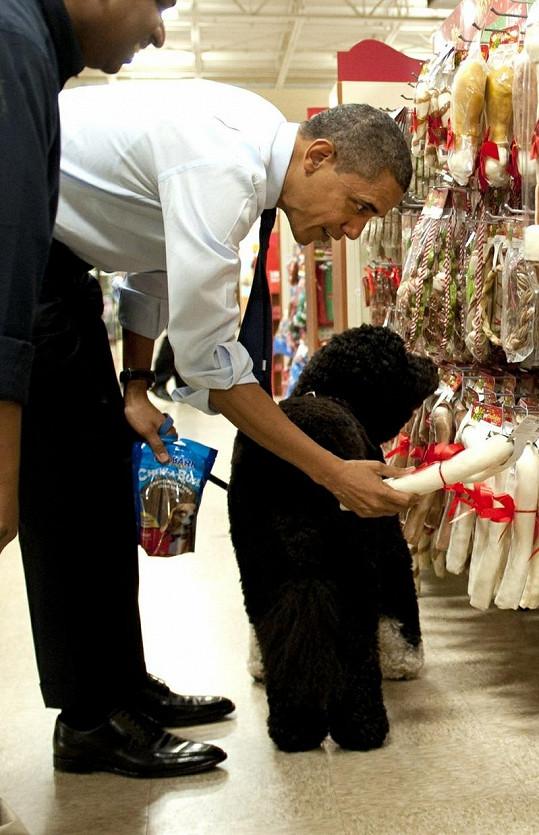 Obama vybírá z velkého množství pamlsků.