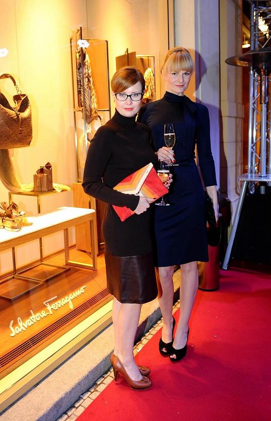 Schneiderová a Pazderková při příchodu na večírek.