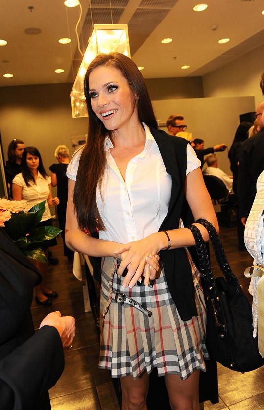 Po faux pas s rozparkem se Andrea obléká decentně.