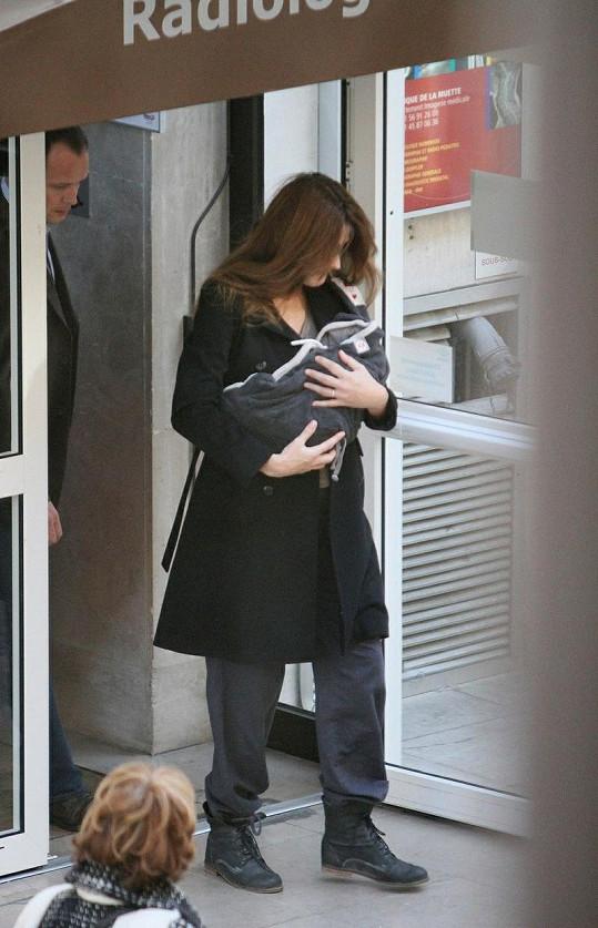 Carla Bruni s malou Guiliou v náručí.