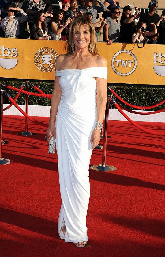 Je to už třiačtyřicet let, co na sebe Linda Gray upozornila coby Sue Ellen v legendárním seriálu Dallas. Jednasedmdesátiletá herečka neztratila nic ze svého oslnivého šarmu. Ve sněhobílých šatech se spuštěnými rameny vypadala rozhodně o čtvrt století mladší.