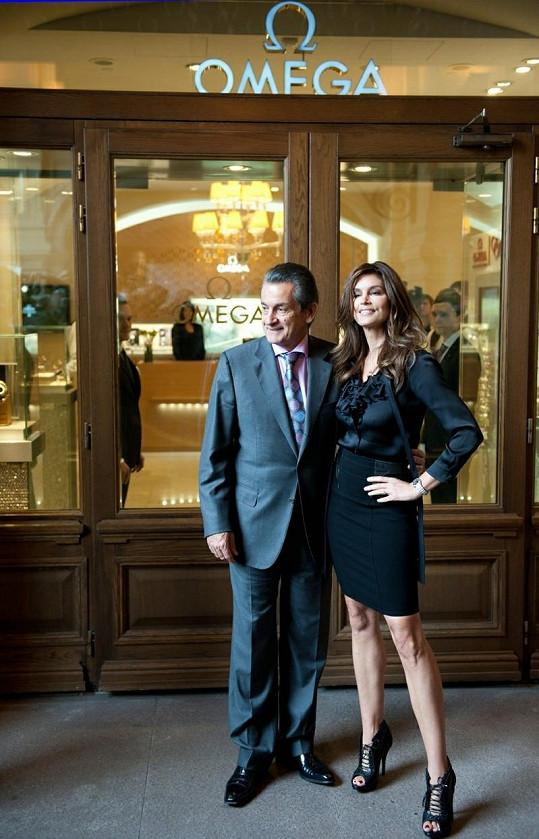 Krásná Cindy Crawford s prezidentem společnosti Omega Stephenem Erquhartem před novým obchodem v Moskvě.