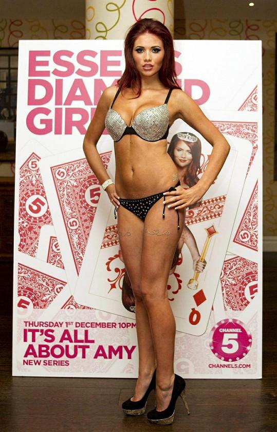 Amy Childs rozhodně stydlivostí netrpí, takhle propagovala svou novou reality show.
