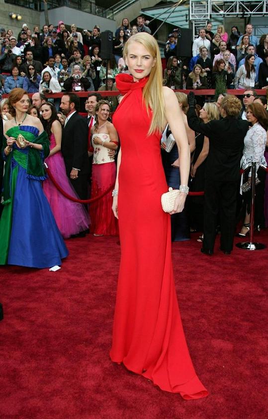 Střihově velmi podobné šaty od Balenciagy oblékla Nicole Kidman na Oscary již v roce 2007.