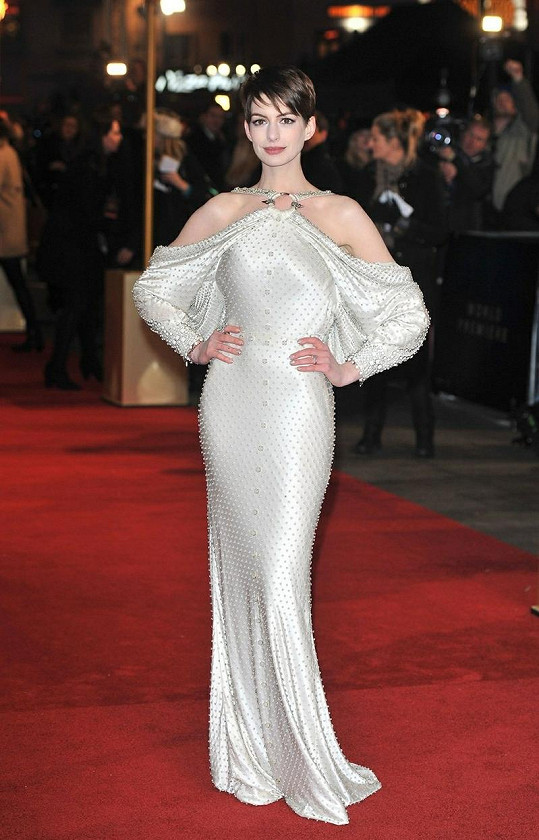 Herečka okouzlila v rafinovaně řešené róbě značky Givenchy.