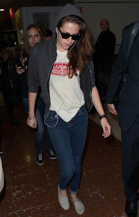 Kristen Stewart v tričku s logem nám tak blízké společnosti.