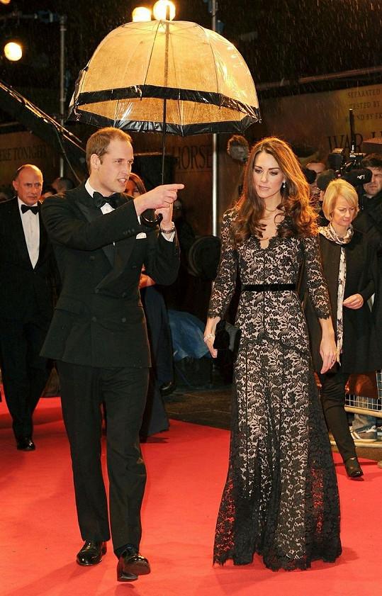 Zpěvačka obdivuje královský pár.