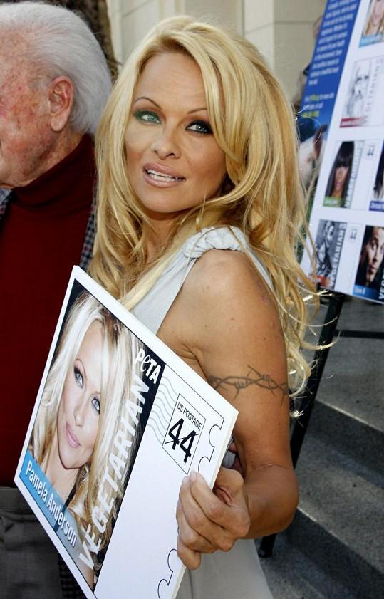 Pamela se svou poštovní známkou.