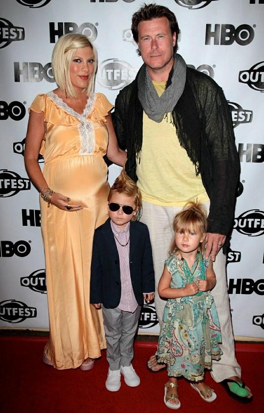 Tori Spelling s manželem a dětmi v době, kdy čekala svého třetího potomka.