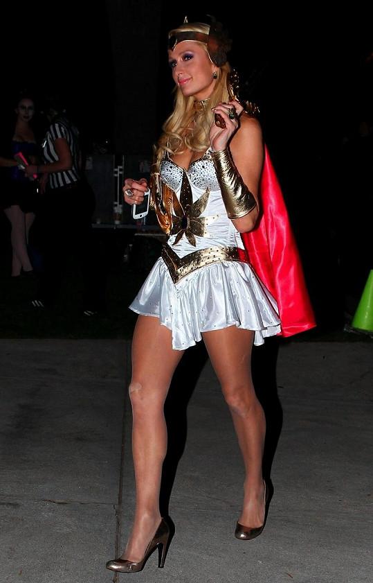 Paris Hilton byla dokonalá, až na oko na punčoše na pravém koleni.