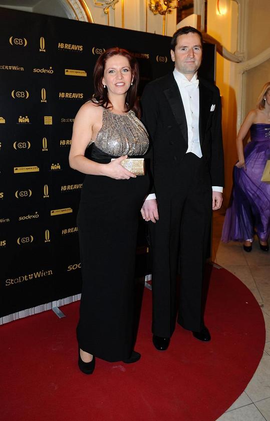 Krátce před porodem navštívila moderátorka s partnerem Robertem Zárubou Ples v Opeře.