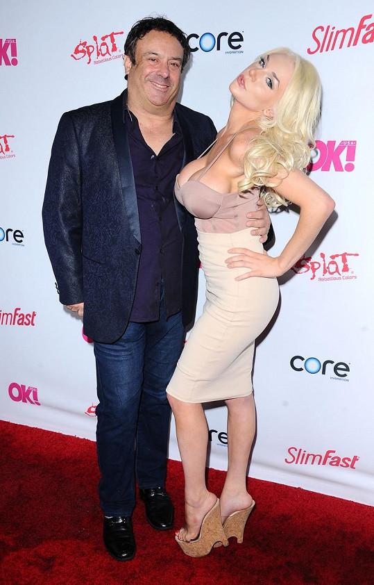 Místo manžela Douga Hutchisona vzala Courtney na akci nového milence.