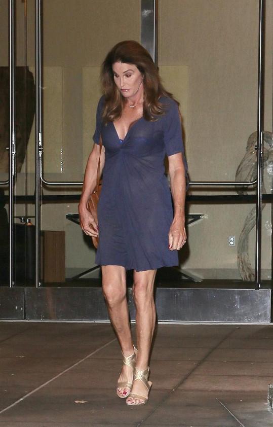 Jenner zkracuje sukně a prohlubuje výstřih...