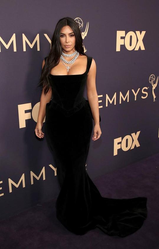 Kim Kardashian podpořila výstřih sříbrnými řetězy.