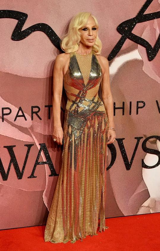 Donatella Versace oblékla zlaté šaty.