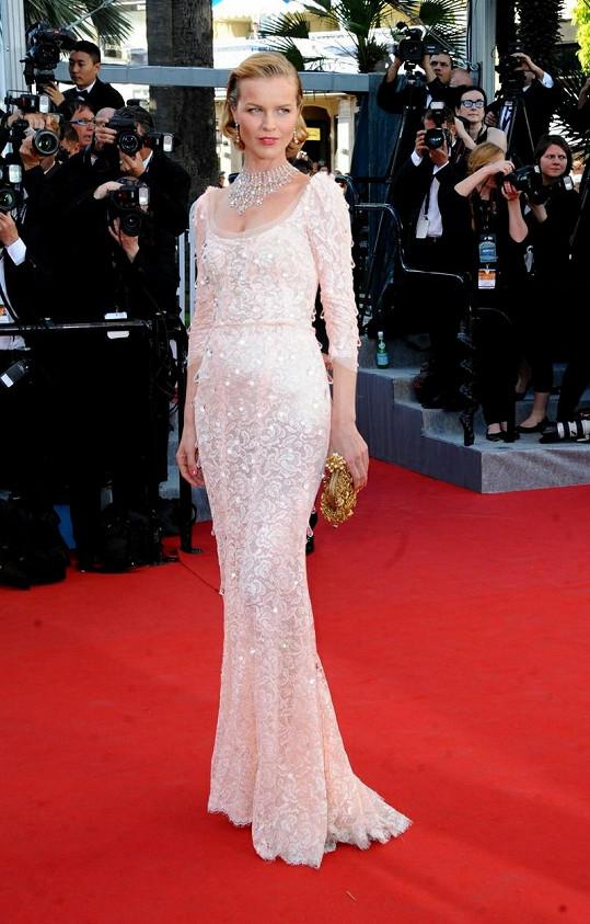 Eva Herzigová v šatech Dolce & Gabbana a špercích Chopard.