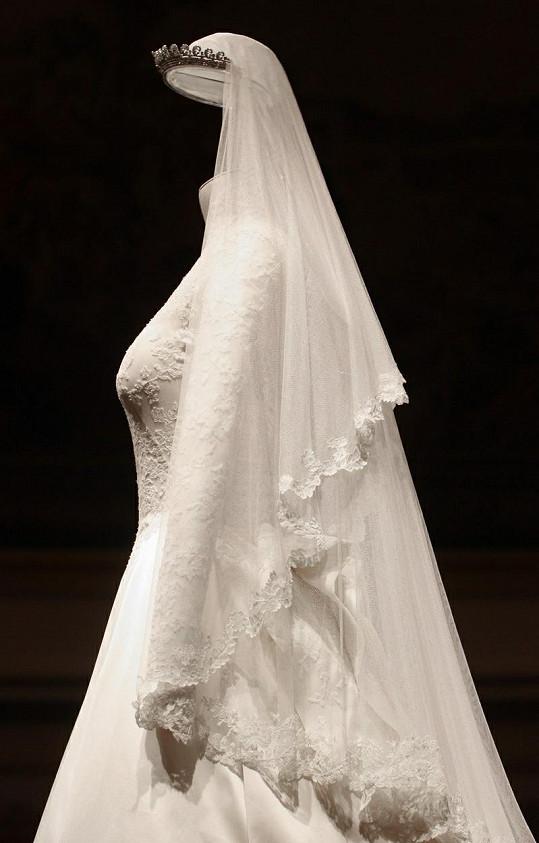 Svatební šaty s dlouhým závojem.