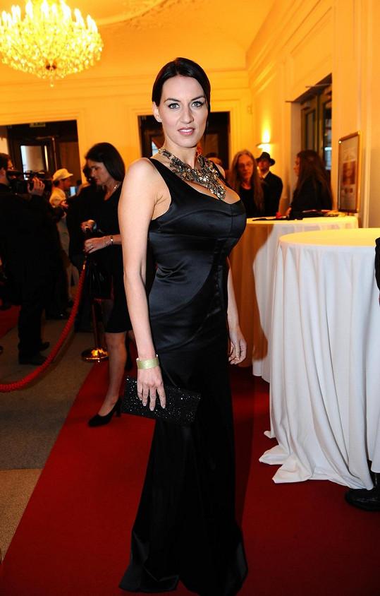 Lucie Králová tak tak narvala vnady do luxusních šatů z butiku Soline.