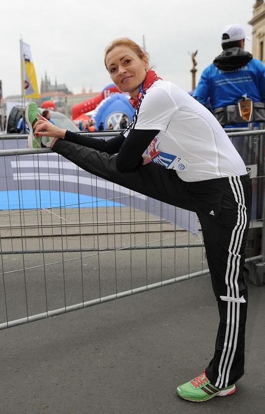 Hanka Kynychová se rozcvičovala na běh.