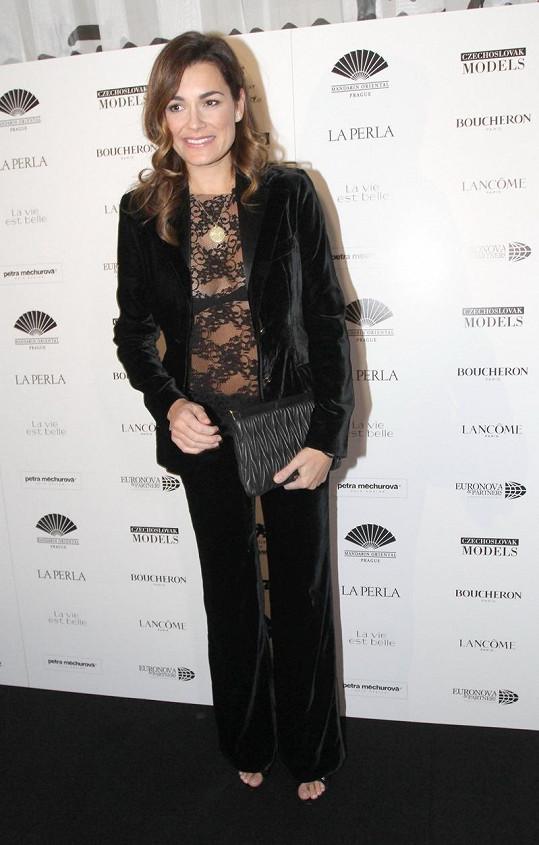 Díky krajkovému topu nepůsobil kalhotový kostým Dolce & Gabbana nudně.