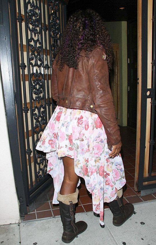 Serena Williams vchází do restaurace.