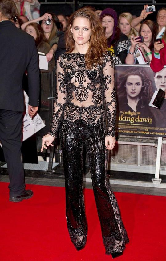 Kristen Stewart v krajkovém kalhotovém overalu na premiéře Twilight ságy: Rozbřesk - 2. část.