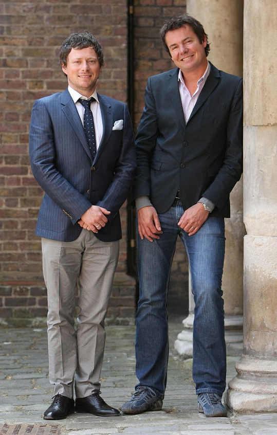 Kadeřník vévodkyně Kate James Pryce (vlevo).