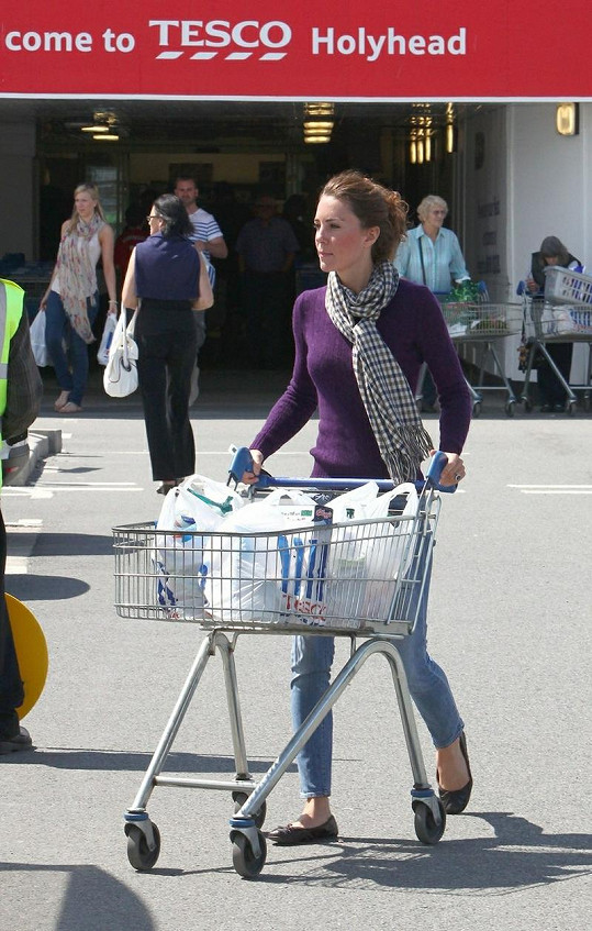 Vévodkyni z Cambridge nedělá problém chodit s nákupním vozíkem a igelitkami s potravinami.