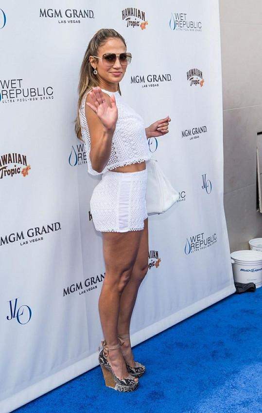 Jennifer Lopez se na plážové párty pochlubila perfektními křivkami.
