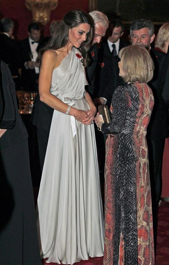 Krásná Kate jako hostitelka.