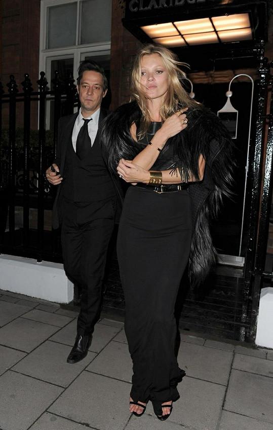 Kate Moss s manželem při odchodu z restaurace.