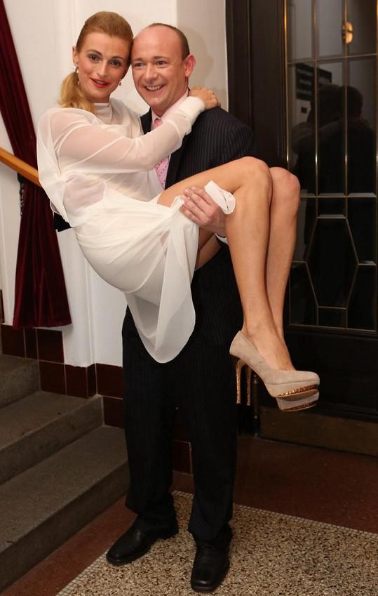 Jirešové se na podpatcích špatně chodilo, ze schodů ji snesl David Novotný.